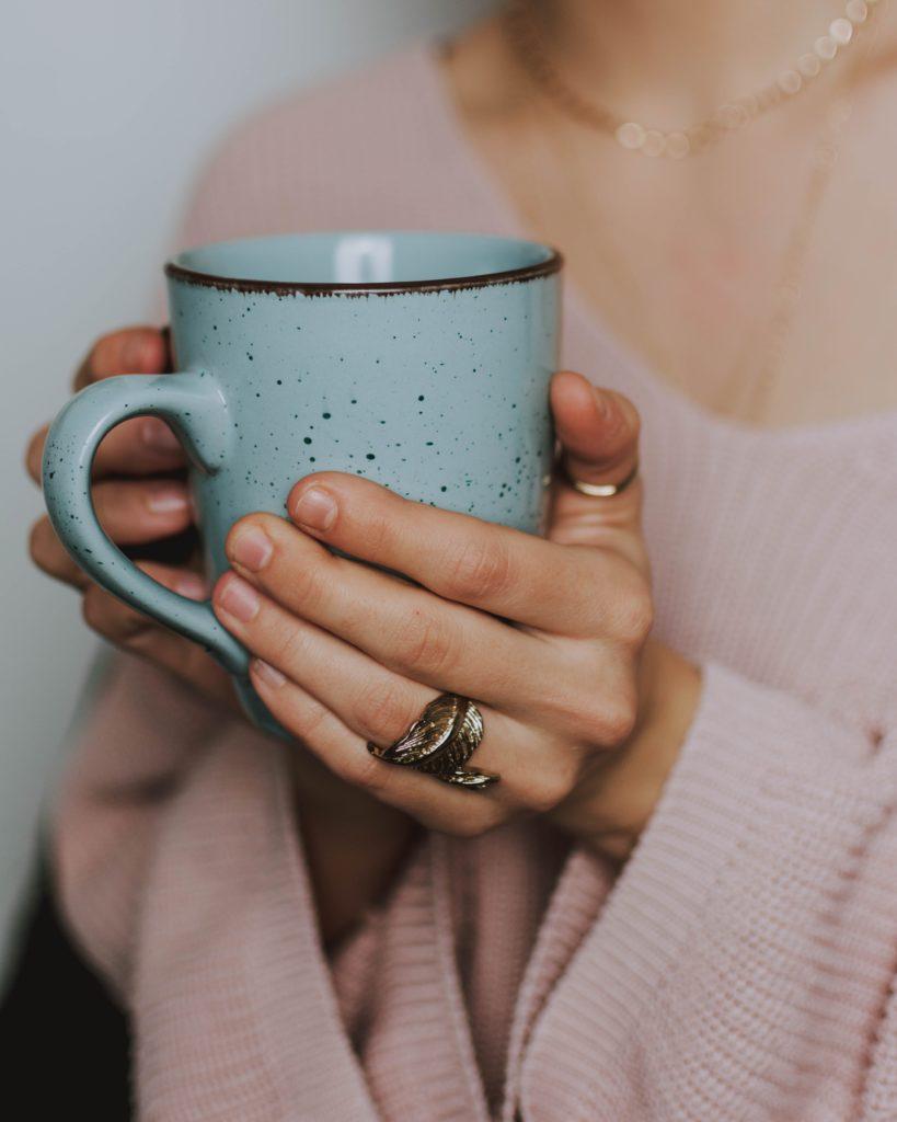 コーヒーカップを持った女の人
