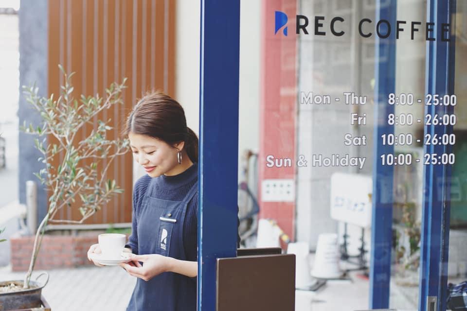 REC COFFEE薬院店と女性の店員さんの写真